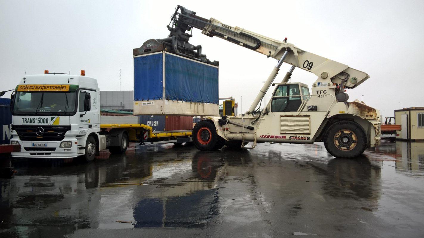 chargement de camions de transports routiers